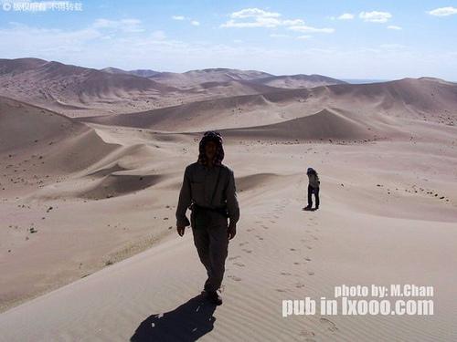 继续向沙漠深处前进的摩凝(M.Chan)和傻娟