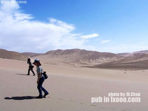慢慢走进沙漠深处的傻娟和摩凝(M.Chan)