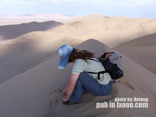 傻娟和瞌睡在鸣沙山脊线之上的摩凝(M.Chan)