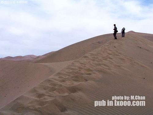 向沙漠深处前进的摩凝(M.Chan)和傻娟
