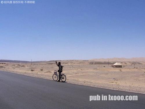 从敦煌去莫高窟的穿越戈壁滩的公路+骑车的河童