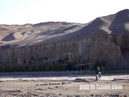莫高窟是连在沙漠边缘的一堵崖壁