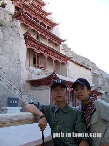 莫高窟一个塔楼前合影的摩凝(M.Chan)与河童