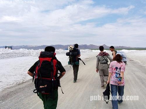 帮我们背包的盐碱地工人@新疆 哈密 巴里坤
