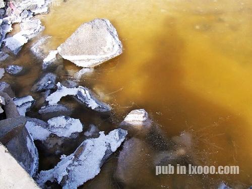 大坝的右边,巴里坤岸边的盐碱结晶@新疆 哈密