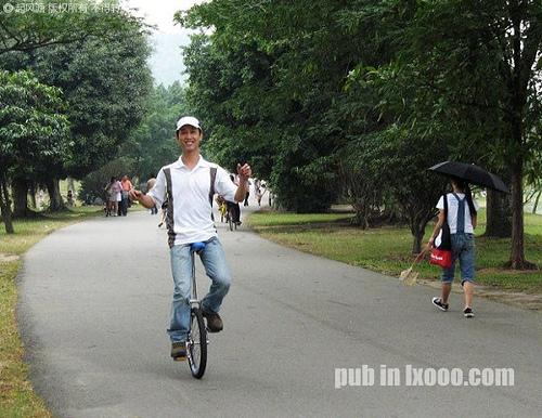 在番禺大夫山骑独轮车的摩凝(M.Chan)
