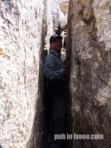 怪石山顶石棺王爷墓底的石缝