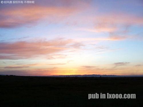 新疆哈密地区巴里坤县城郊区的夕阳