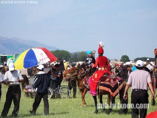 哈密地区第一届全民运动会上骑马的女人