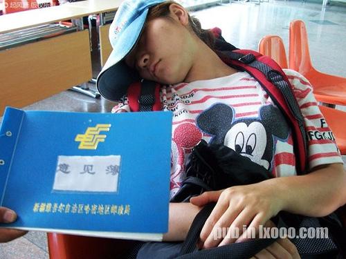 在巴里坤邮局椅子上睡着的傻娟