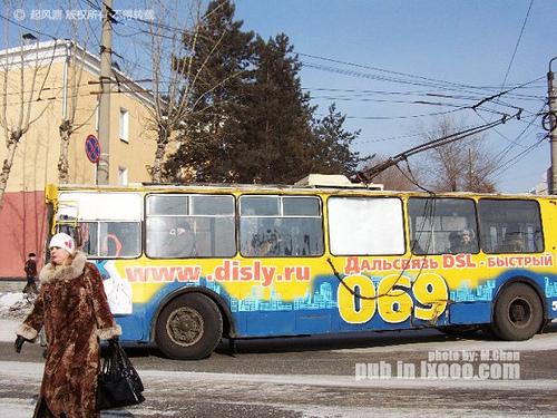 路过马路的布拉戈维申斯克妇女