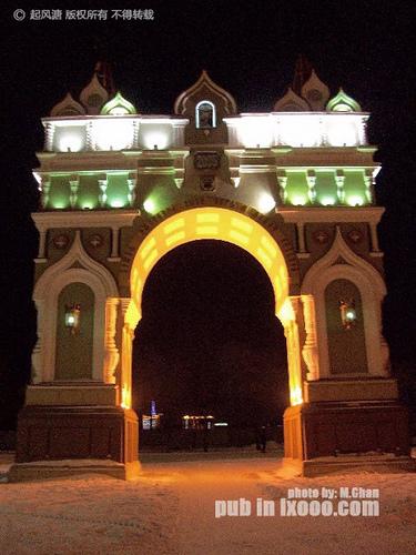 夜灯下,布拉戈维申斯克胜利广场后旁边的建筑物