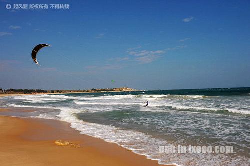 红海湾遮浪半岛南面的冲浪人