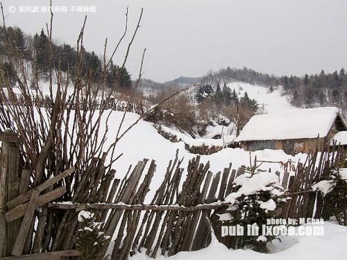 有积雪的篱笆墙@东升农场 雪乡