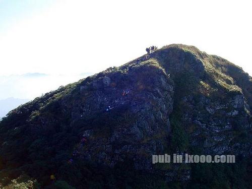 船底顶右边下,斜切50米左右至一山坡高点,对面是悬崖