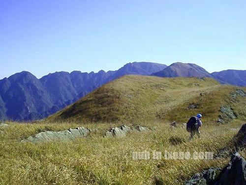 在高嶂顶到落日峰大草坡脚路段,可清楚看到远处的船底顶、落日峰,及正行走中的高嶂顶草坡