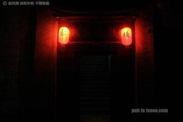 古城人家木楼客栈门前的红灯笼