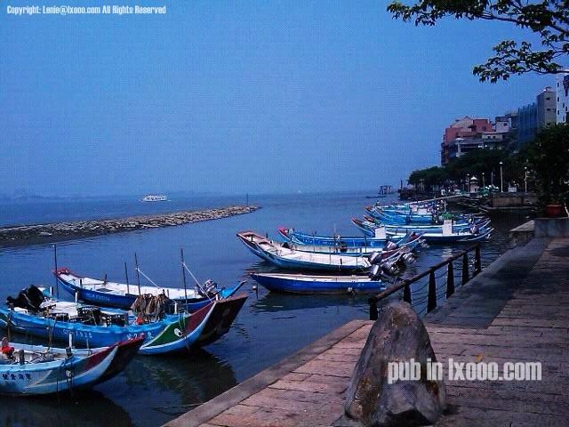 台北淡水河岸边的几只捕鱼小舟