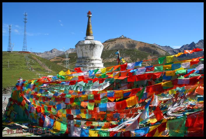 经幡迎风呼呼的摆动着,为藏民们诵经祈福
