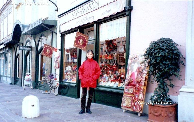 萨尔茨堡市巧克力商店前的Lenie