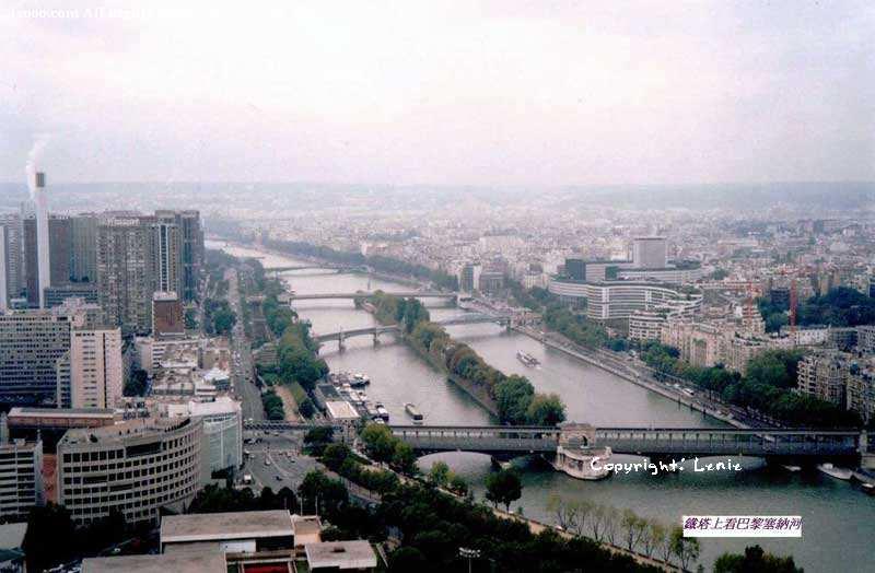 巴黎埃菲尔铁塔上看到的塞纳河