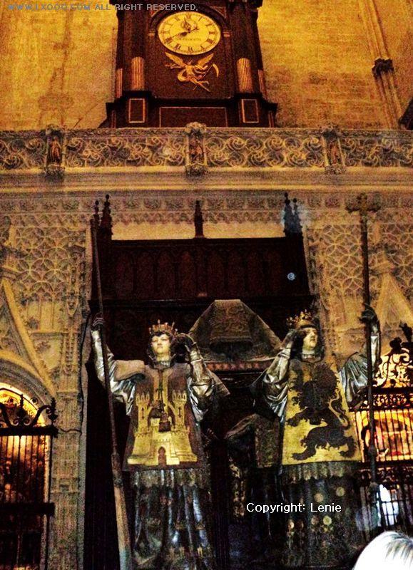 四个铜人抬着哥伦布棺木的墓室
