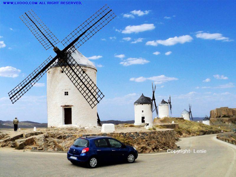 蓝天白云下的西班牙风车