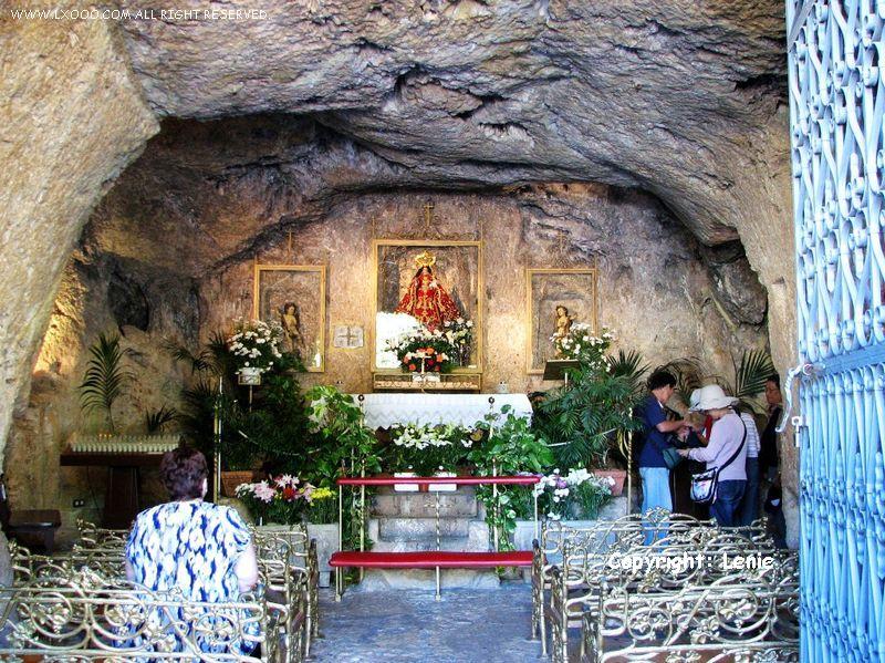 洞窟圣母教堂内部的祈祷厅