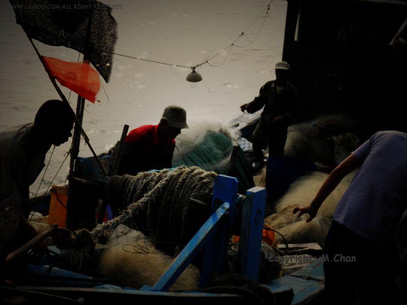 汕尾渔港收获回来的渔夫们