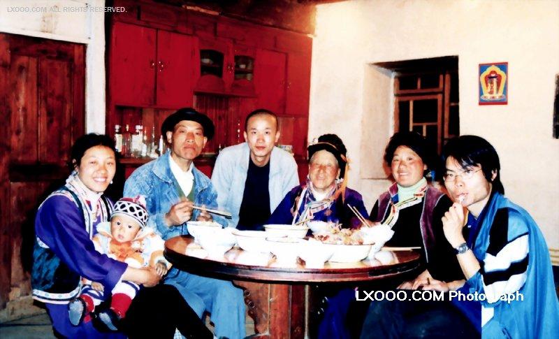 2002年五月在四川硗碛彭措藏人董银良家晚餐留影