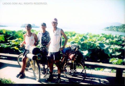 2002年七月骑行北京-广东时,杭州西湖畔合影