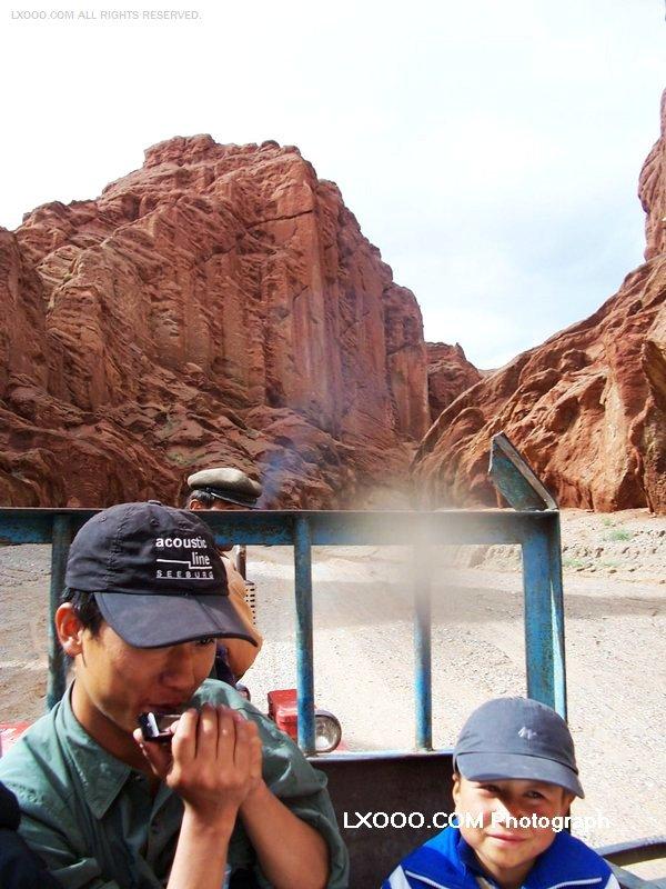 2005年八月,在新疆库车大峡谷留影