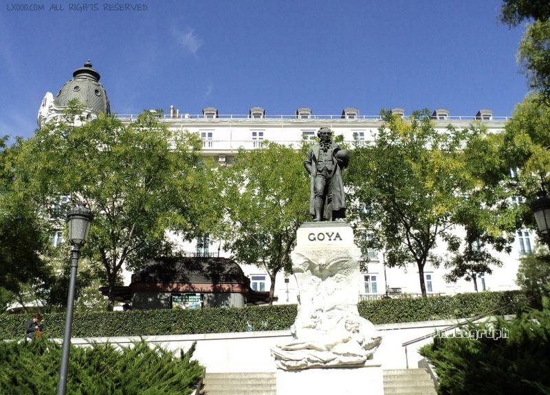 普拉多美术馆外的歌雅雕像