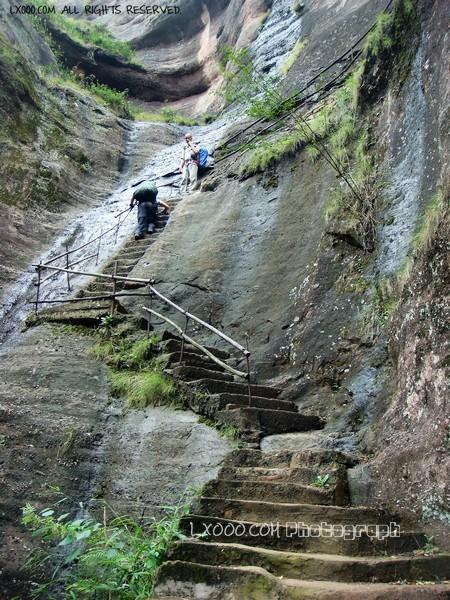 上丹霞山五仙岩的岩壁石阶