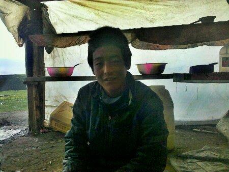 卡子拉山上的藏族青年歌勒达杰