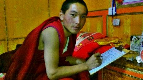 理塘长青春科尔寺的青年喇嘛丁真次乃