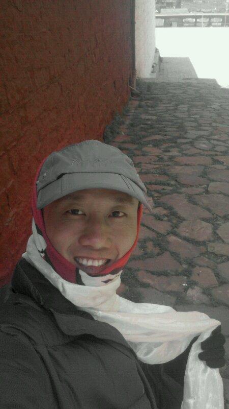 在理塘长青春科尔寺拿哈达当围巾的摩凝(M.Chan)