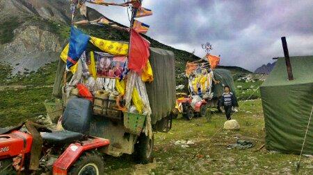 川藏线上朝圣者的帐篷和后勤车