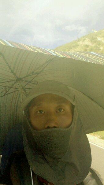 撑伞徒步中自拍