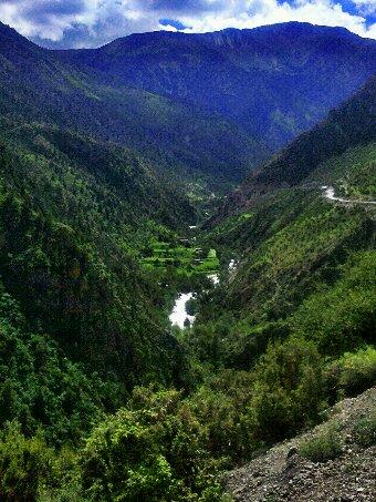 川藏线上觉巴山下登巴村山的一个小村子