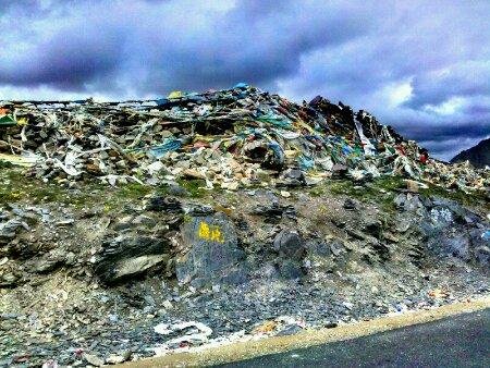西藏芒康东达山垭口处的玛尼堆