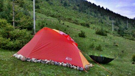 离邦达镇15公里处的营地和摩凝的帐篷