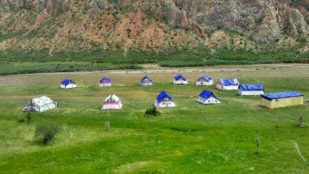邦达镇前的村子的藏民的节日帐篷