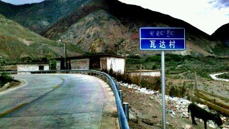 """""""川藏线里程碑G318:3767公里处的瓦达村"""
