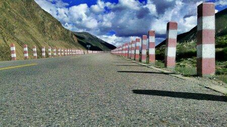 川藏线上的公路护栏