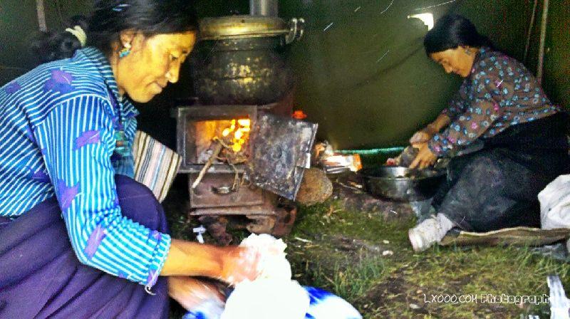 做牦牛包子的藏族阿妈