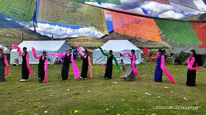 载歌载舞的果拉村藏人
