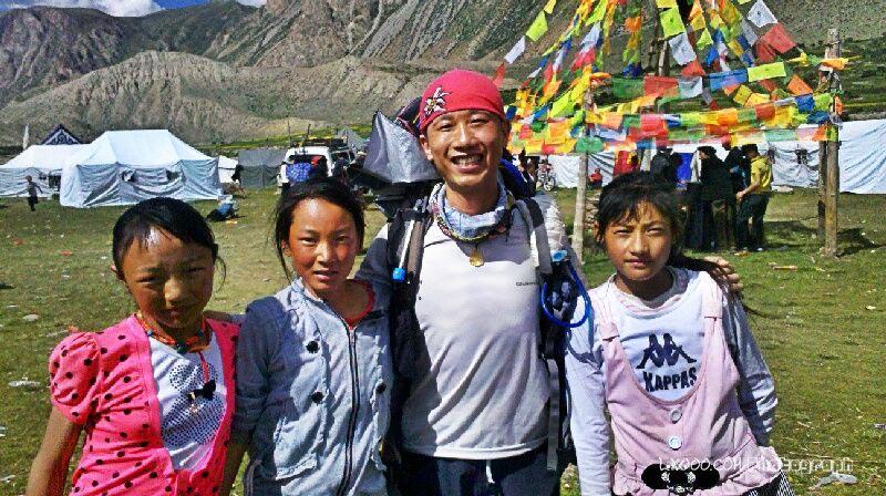 摩凝(M.Chan)和果拉村的小美女合影