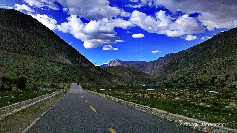 翻安久拉山的公路干净平缓