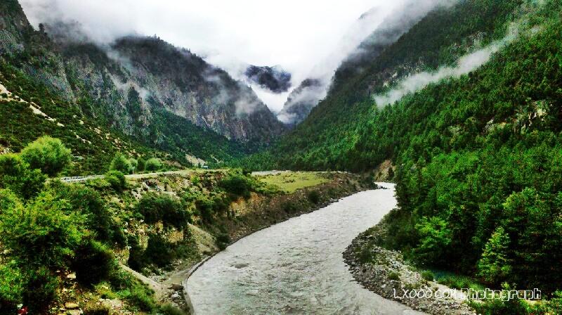 帕隆藏布江边上的国道318线(川藏线)